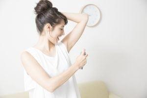わきが対策専用クリームを塗る女性