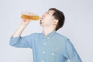 酢を飲む男性